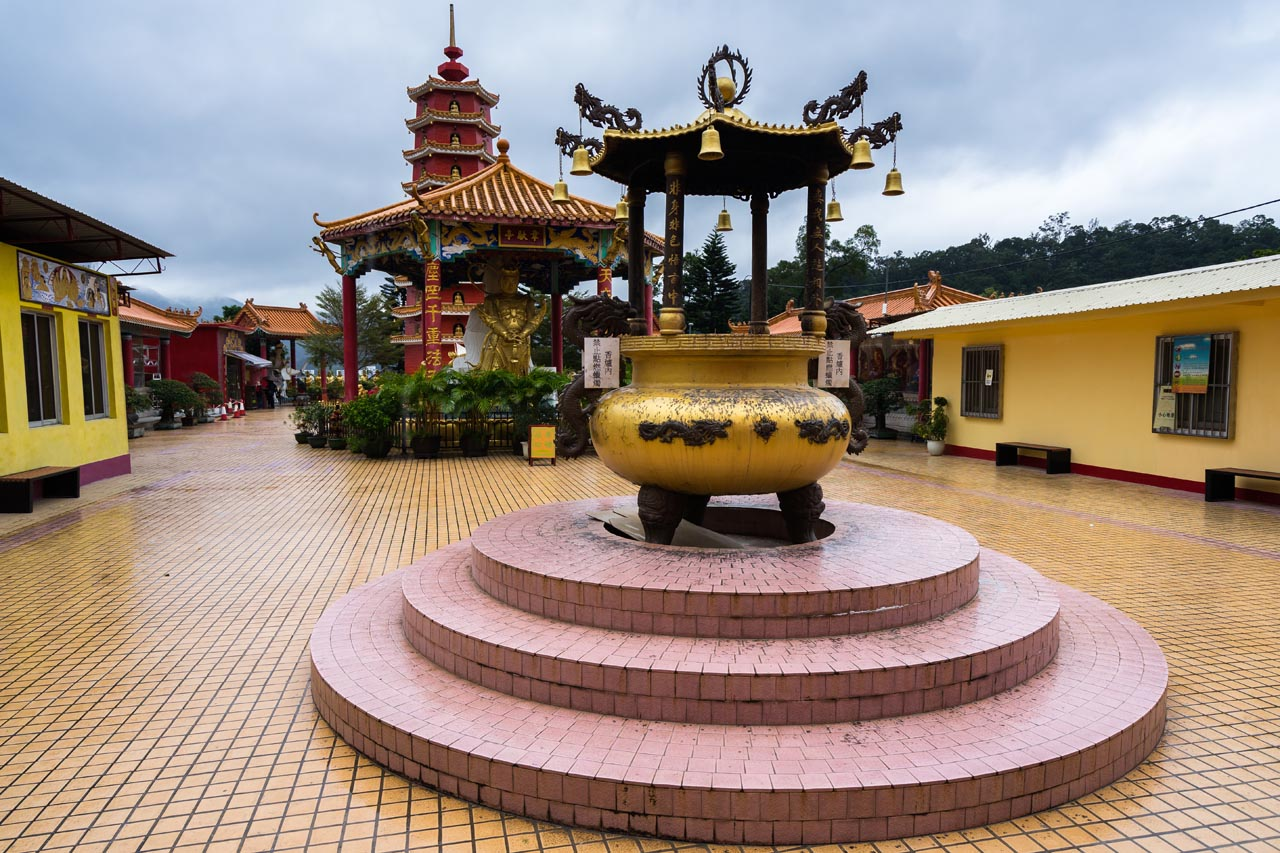 10000 buddhas temple grounds