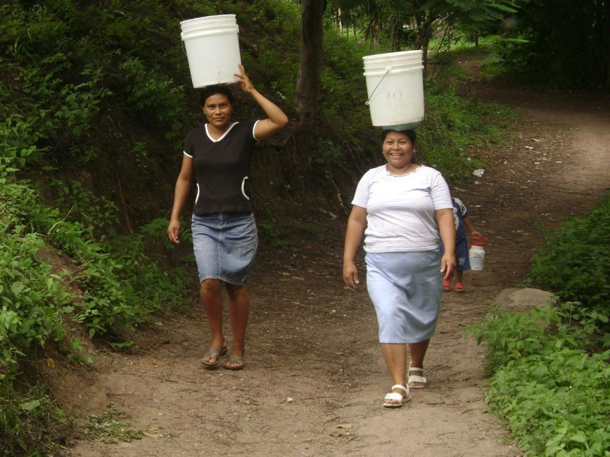 Women Carrying our Water volunteer nicaragua