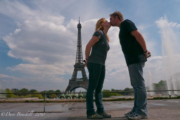 eiffel-tower-kissing-couple
