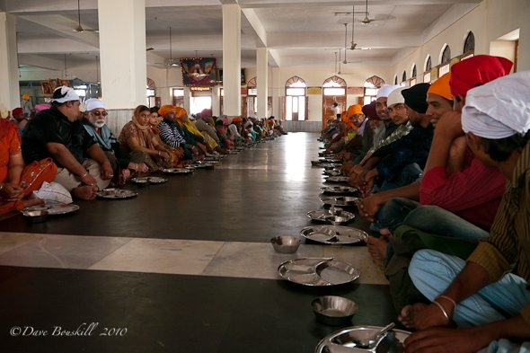 thousands eat at Golden Temple of india