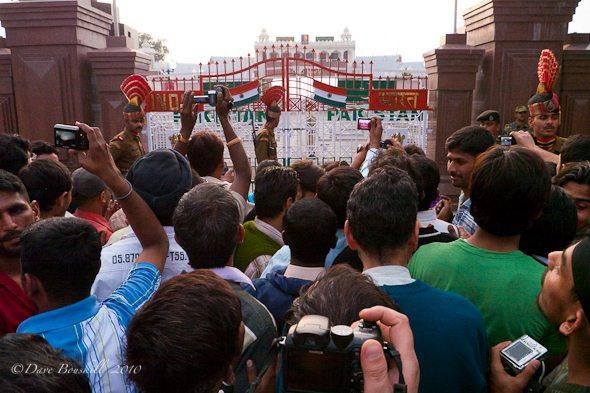 Indiancrowd takes photograph of Pakistan border