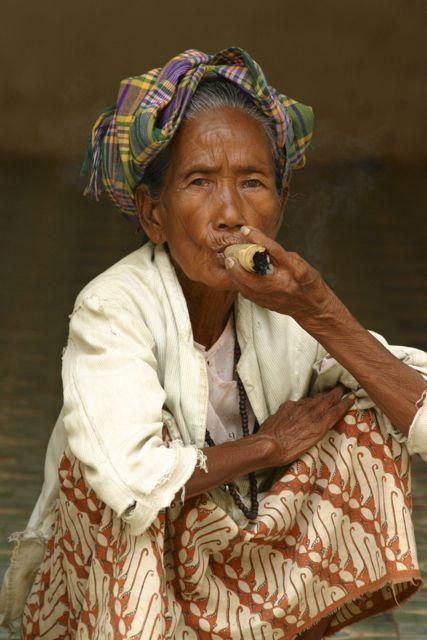 Myanmar-Mandalay-Woman-Cigar.
