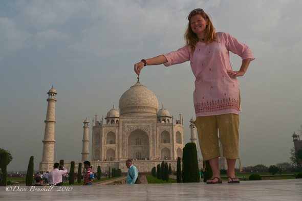 forced perspective photo of taj mahal
