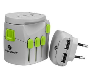 "Adaptateur universel Eagle Creek | accessoires de voyage ""class ="" wp-image-69095 ""srcset ="" https://theplanetd.com/images/best-travel-gadgets-unadirectal-adapter-2-321x292.jpg 321w, https://theplanetd.com /images/best-travel-gadgets-universal-adapter-2-600x546.jpg 600w, https://theplanetd.com/images/best-travel-gadgets-universal-adapter-2-768x699.jpg 768w, https: / /theplanetd.com/images/best-travel-gadgets-universal-adapter-2-689x627.jpg 689w, https://theplanetd.com/images/best-travel-gadgets-universal-adapter-2.jpg 800w ""tailles = ""(largeur maximale: 321px) 100vw, 321px"