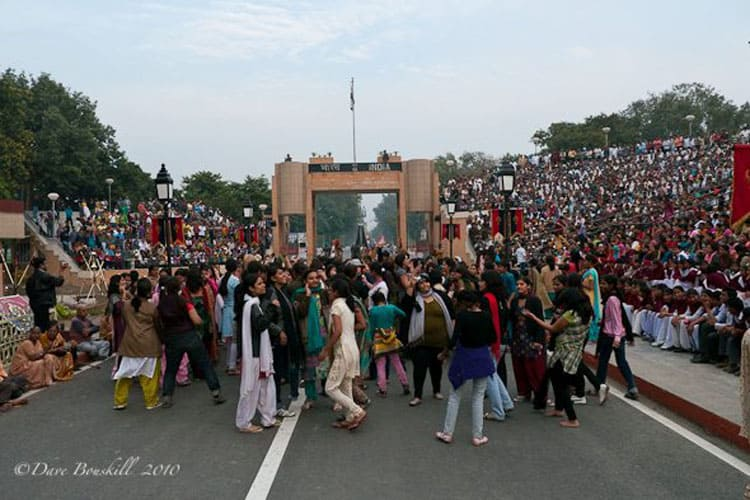 crowds of people at india pakistan border