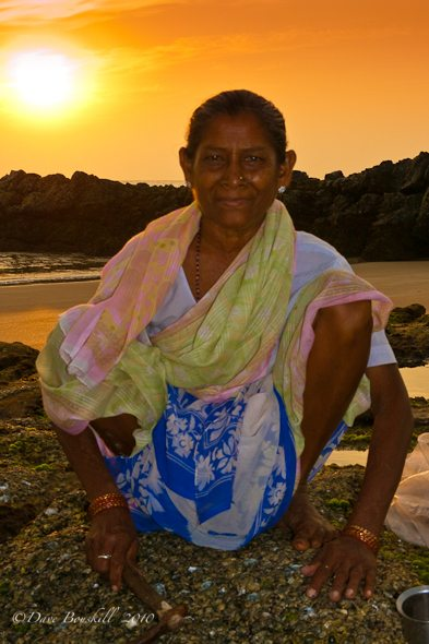 india-woman-mussles-goa