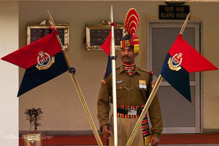 gaurd and flags at pakistan india border