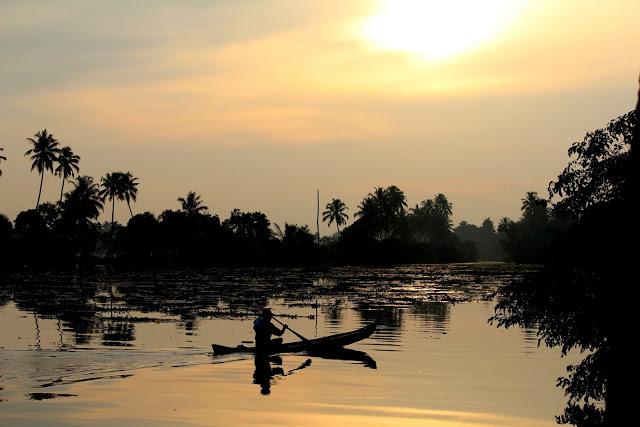 kumarakom houseboat sunset boat