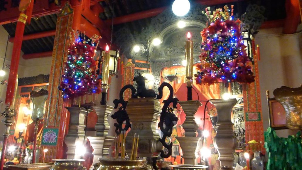 man mo temple hong kong altar