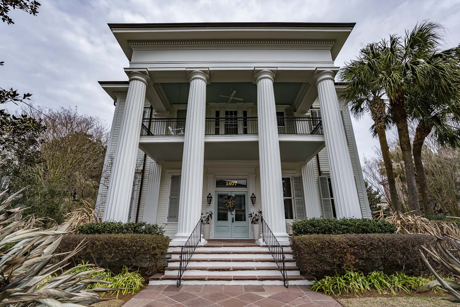 mansion of the garden district in new orleans