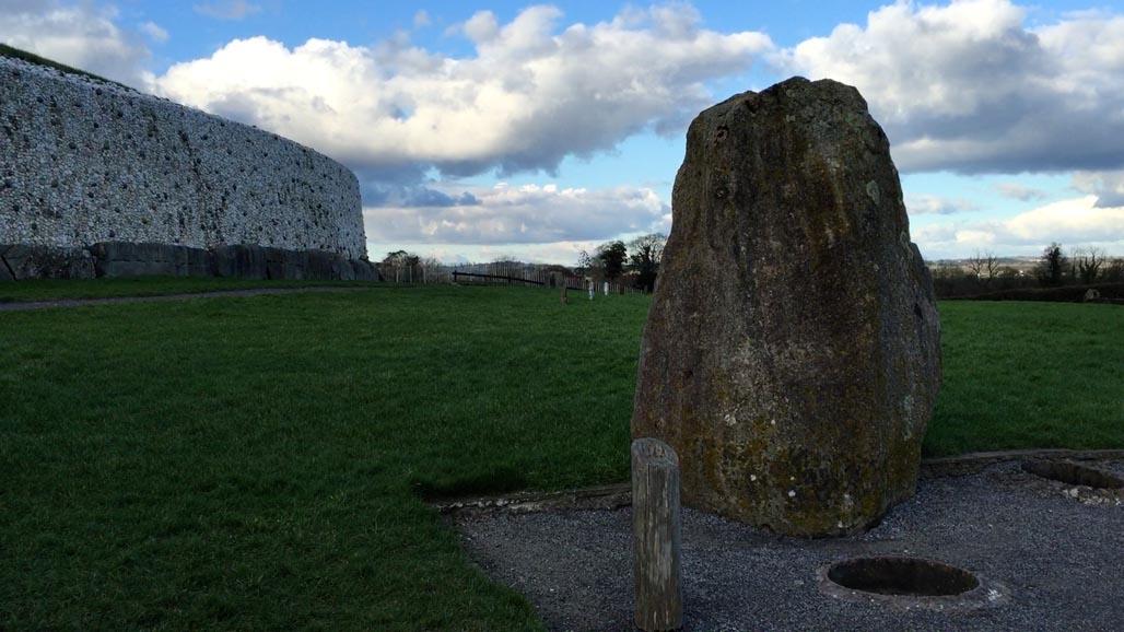 stones surrounding newgrange