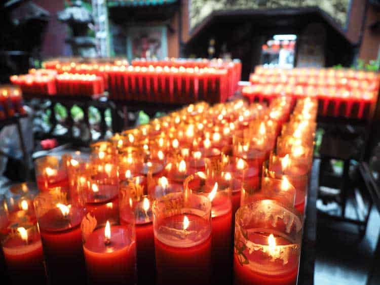 taiwan itinerary in 7 days | candles lit in taipei temple