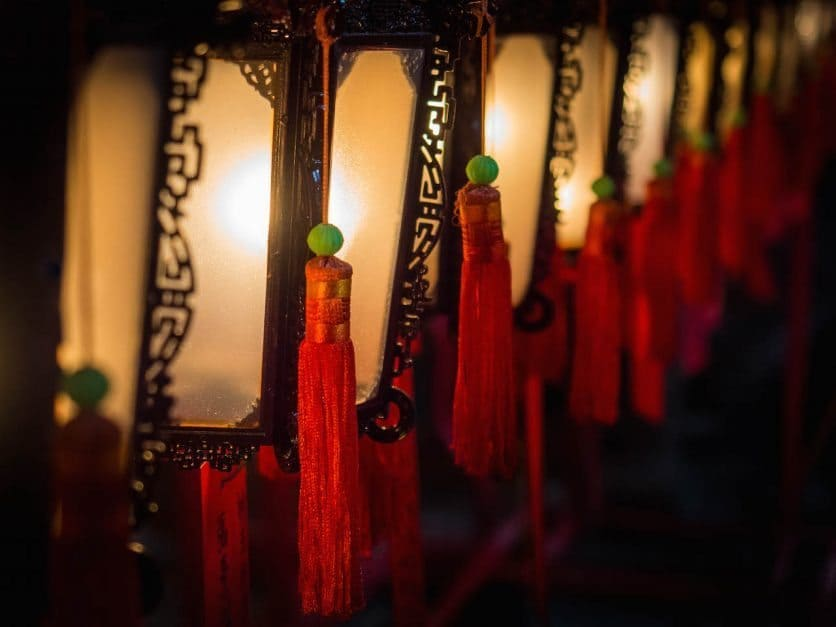 things to do in Hong Kong temple lamps