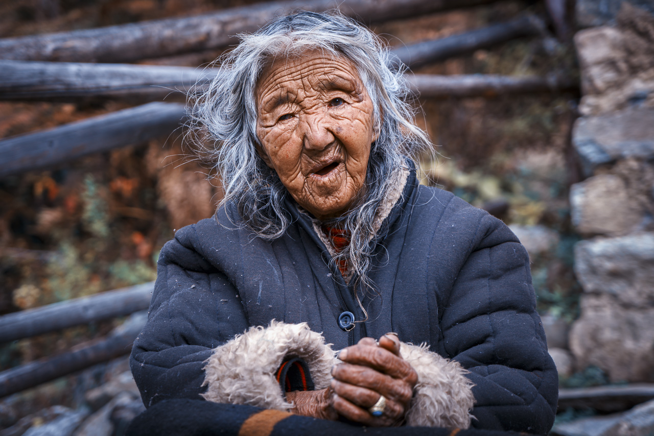 travel photography tips depth of feild old woman