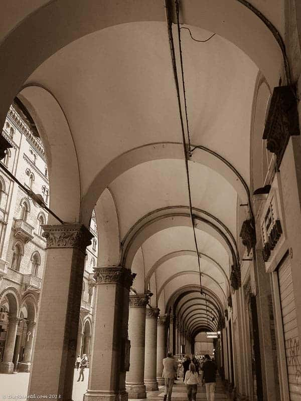 bologna sightseeing strolling porticoes