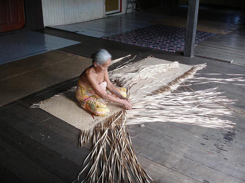 what to do in borneo longhouse