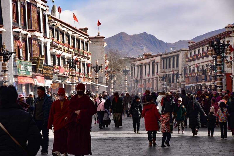 Центральная Лхаса толпы людей в Тибете