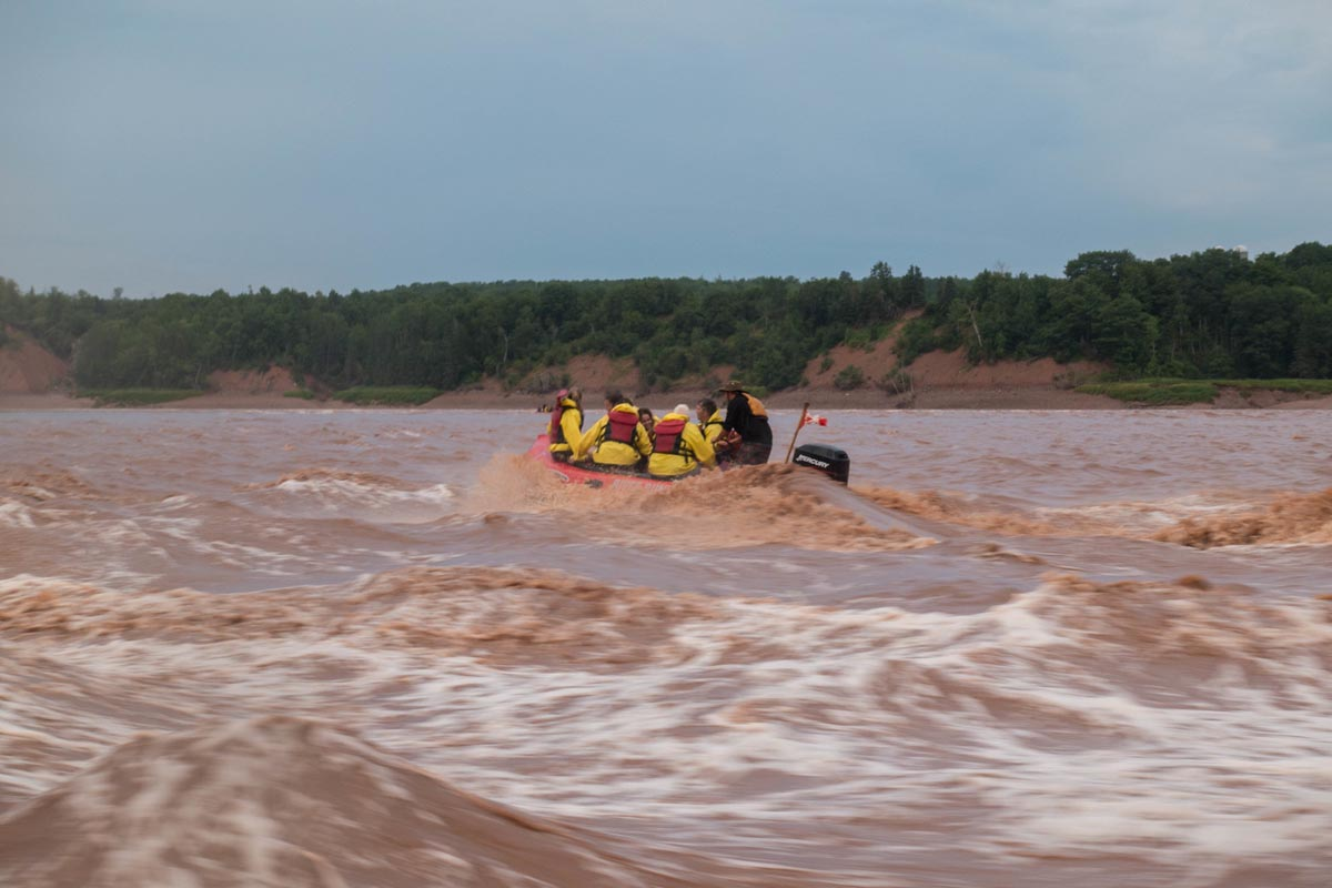 rafting the tidal bore of the bay of fundy