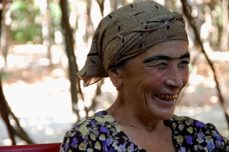 travel uzbekistan local woman