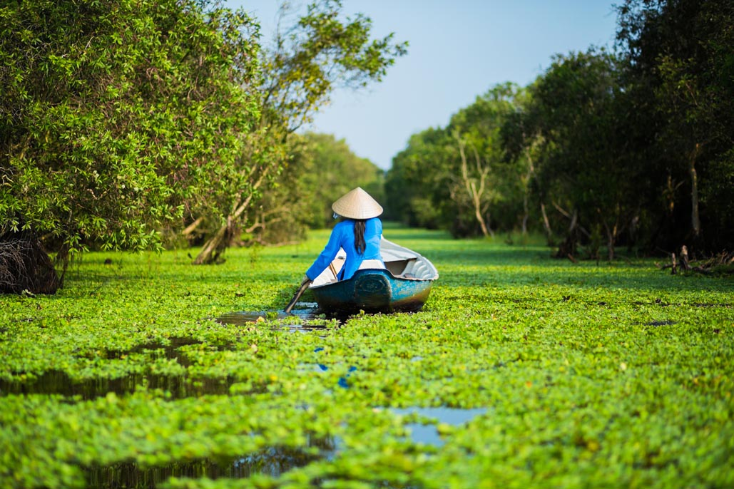 vietnam woman paddling with conical hat