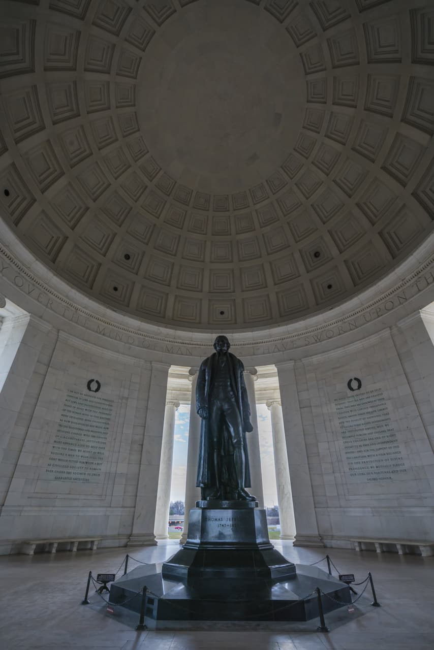 walking-tour-washington-dc-Jefferson-memorial-inside
