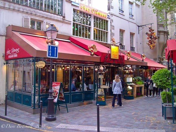 paris accommodations street scene