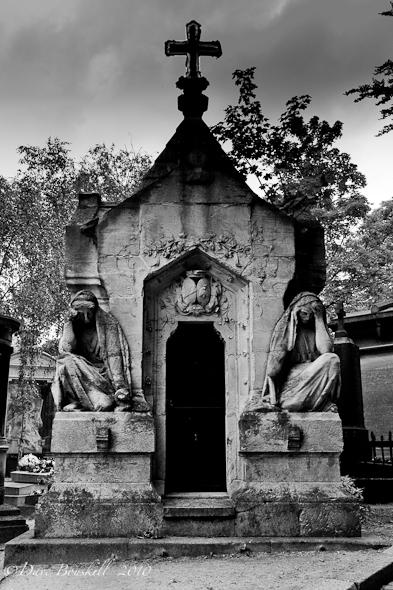 Cimetiere-Pere-Lachaise-Guardians-tomb-BW
