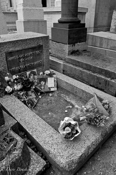 Cimetiere-Pere-Lachaise-Jim-Morrison-grave