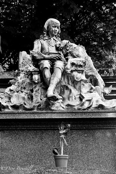 Cimetiere-Pere-Lachaise-tombs-BW-artistry