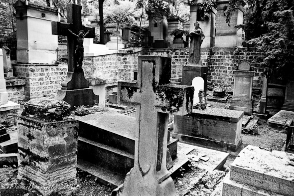 Cimetiere-Pere-Lachaise-tombs-BW